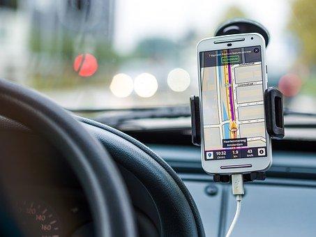 Jak wybrać odpowiednią nawigację do samochodu?
